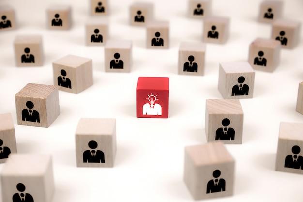 De mensenpictogrammen op kubus vormen houten stuk speelgoed blogs, conceptenpersoneel.