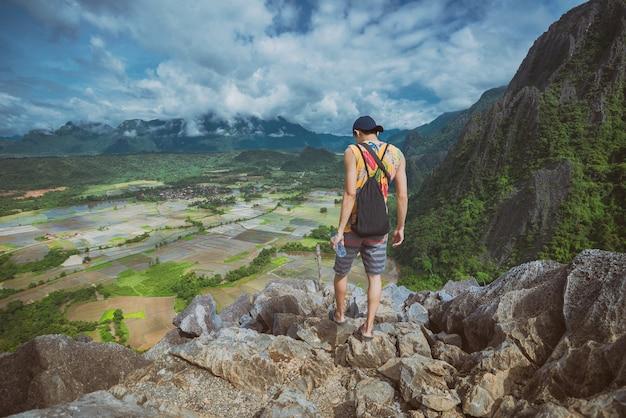 De mensenreiziger wandelt in landschap van de bergen het luchtmening