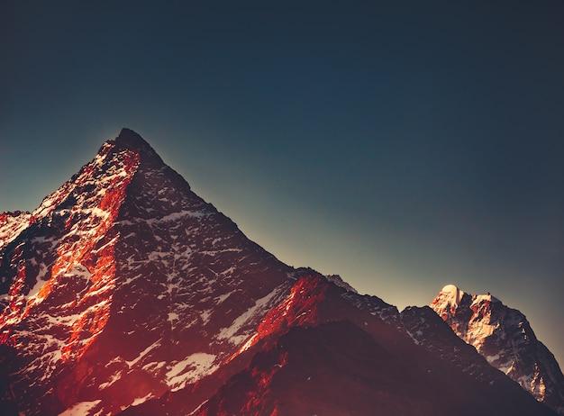 De met sneeuw bedekte thamserku-berg himalaya