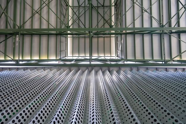 De metaalbouw structuur van fabrieksdak