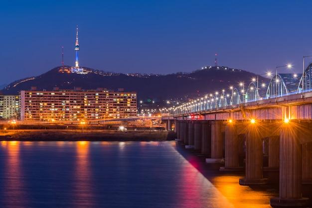 De metro en de brug van seoel in hanriver in seoel, zuid-korea