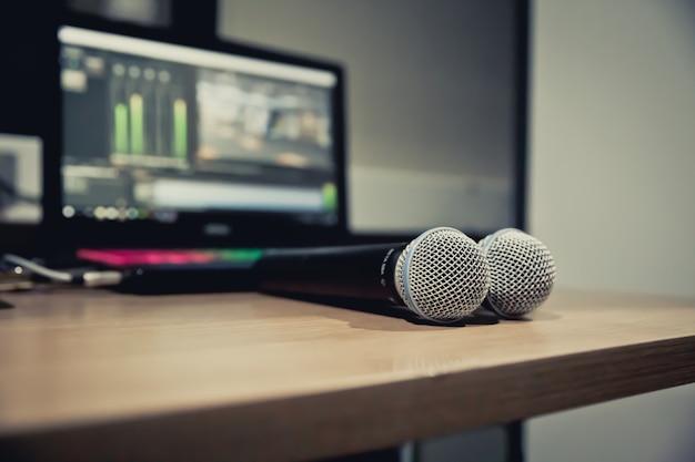 De microfoons op de tafel bij studi