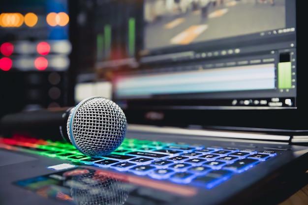 De microfoons op laptop bij studi