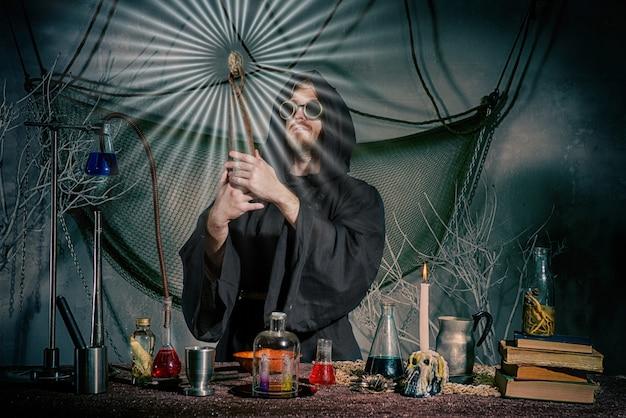 De middeleeuwse alchemist deed de steen der wijzen.