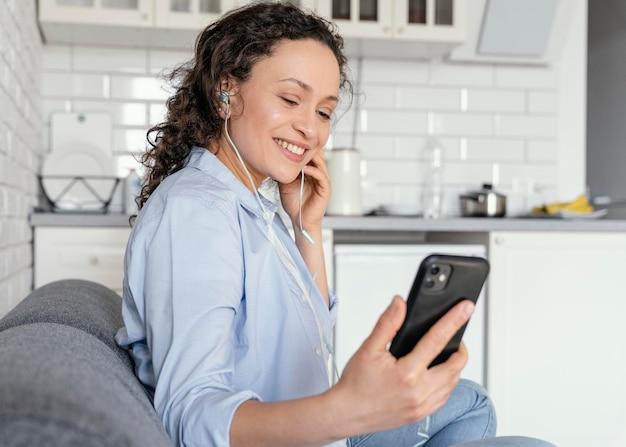 De middelgroot geschoten telefoon van de vrouwenholding