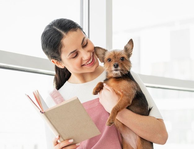 De middelgrote geschoten hond en het boek van de meisjesholding