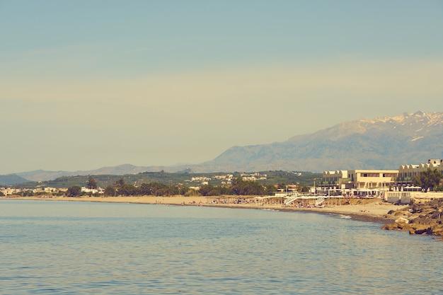 De middellandse zeekust op het eiland kreta in kolimbari.