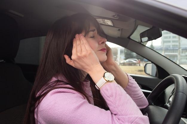 De migraine bij een meisje in een atomobiel