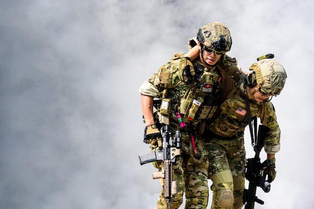 De militairen moeten de gewonde soldaten op een veilige plaats zetten