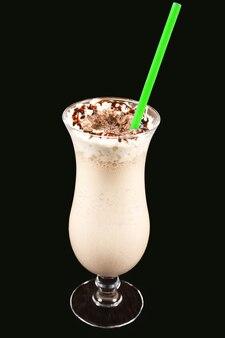 De milkshake met chocolade op een zwarte achtergrond. zoet dessert. calorierijk voedsel