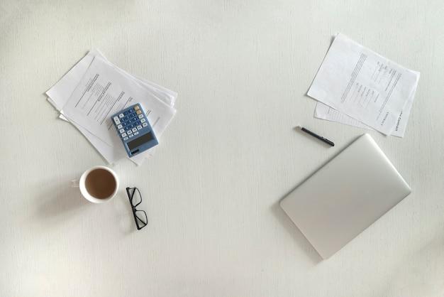 De minimalistische bureautafel in zwart-wit tinten Premium Foto
