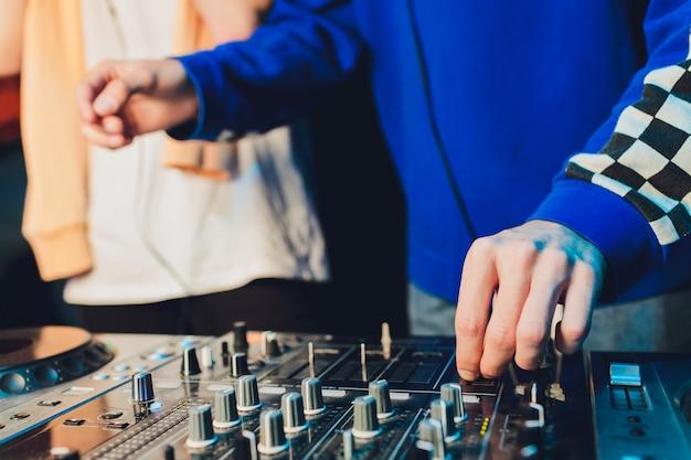 De mixer. afstandsbediening voor geluidsopname. geluidstechnicus aan het werk in de studio. geluidsversterker mengpaneel equalizer. liedjes en zang opnemen. tracks mixen. geluidsapparatuur. werken met muzikanten. dj.