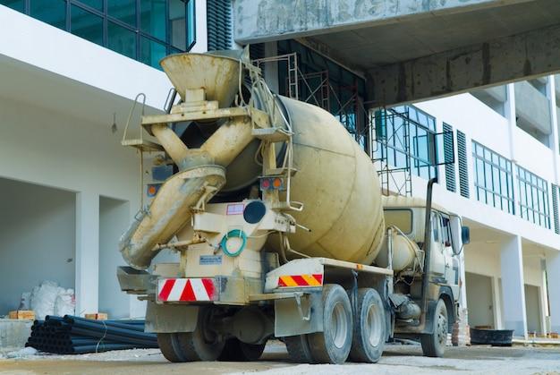 De mixervrachtwagen vervoert cement naar de gietende plaats op bouwterrein