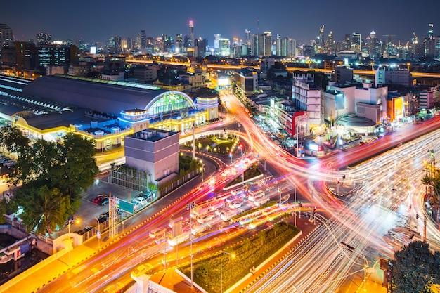 De moderne achtergrond van de stadsnacht, de lichte slepen op het moderne gebouw in bangkok thailand