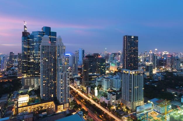 De moderne bouw in bedrijfsdistrict van bangkok bij de stad van bangkok met horizon bij schemering, thailand.