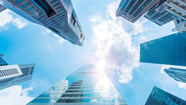 De moderne gebouwen van de hemel en de buitenkant van de glasmuur