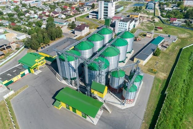 De moderne graanschuur. metalen silo's met groene daken.