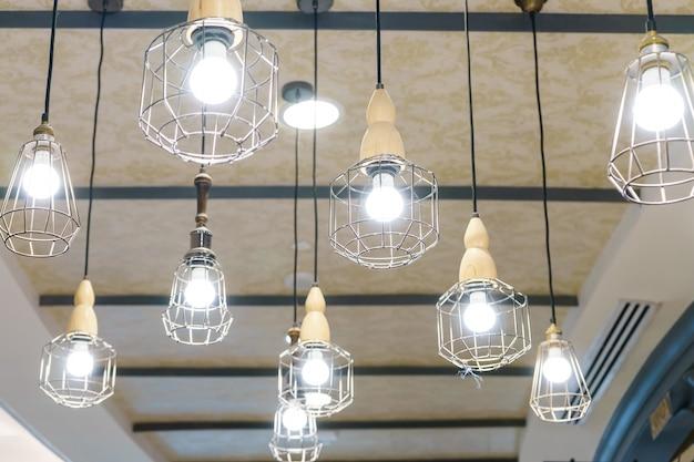 De moderne lamp van de stijl gloeilamp in winkelcomplex, hangende lamp op witte achtergrond