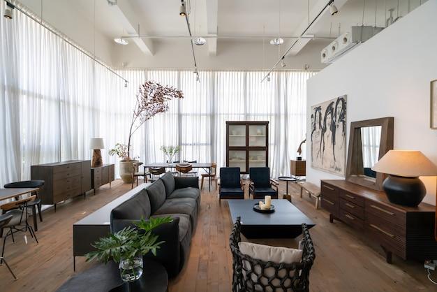 De moderne, lichte en comfortabele sfeer van het binnenappartement. algemene schoonmaak