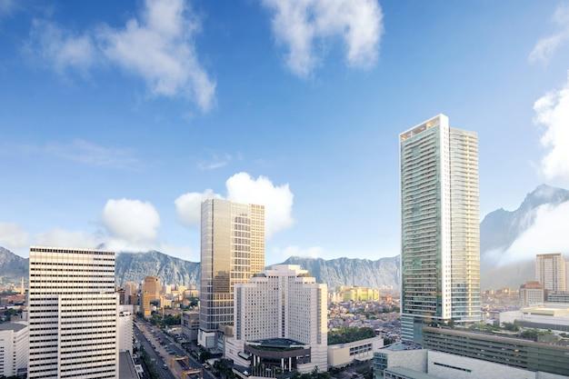 De moderne stad met wolkenkrabbers en bergen