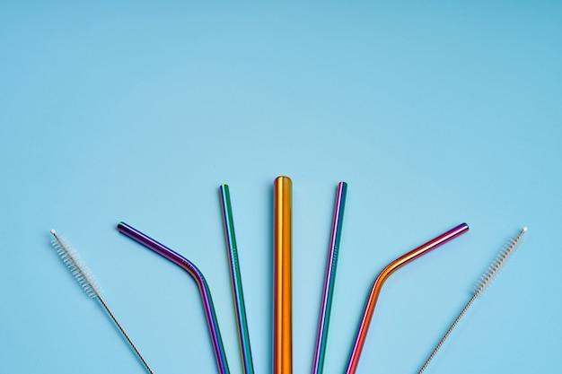 De moderne trend in milieuzorg. herbruikbare metalen rietjes voor drankjes. vervanging door gewone plastic drankrietjes.