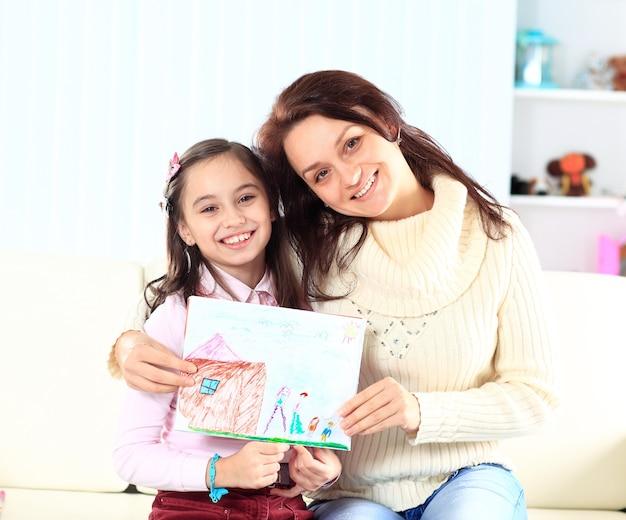 De moeder en de dochter beschilderde figuur.