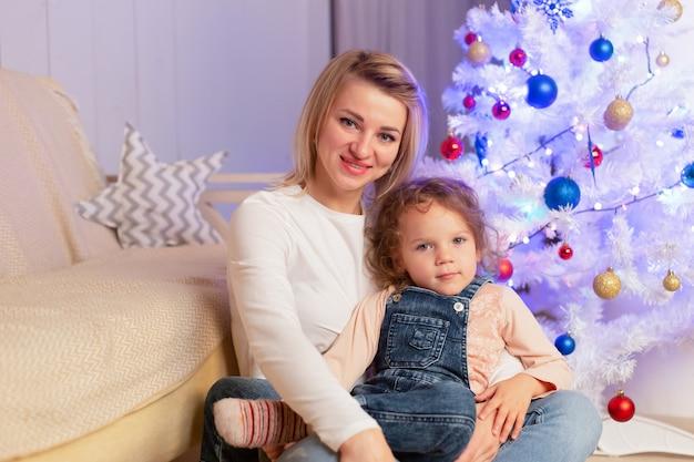 De moeder en dochter hebben plezier met kerstmis