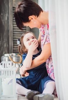 De moeder omhelst haar dochter in de kamer