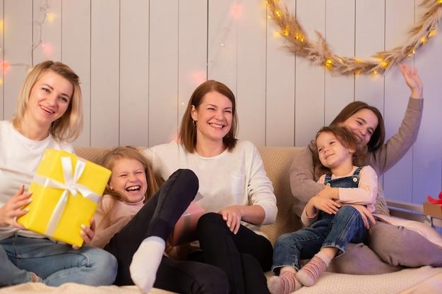 De moeders en kinderen vieren samen kerstmis