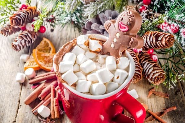 De mok van de kerstmis hete chocolade met de mens van de chocoladepeperkoek