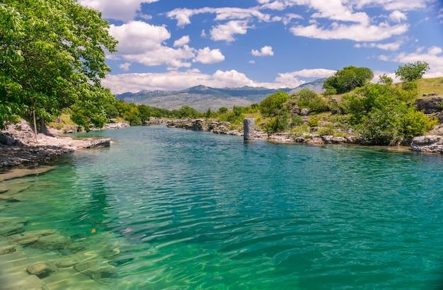 De monding van de pittoreske en snelle rivier tsievna. niagara watervallen. montenegro, podgorica.