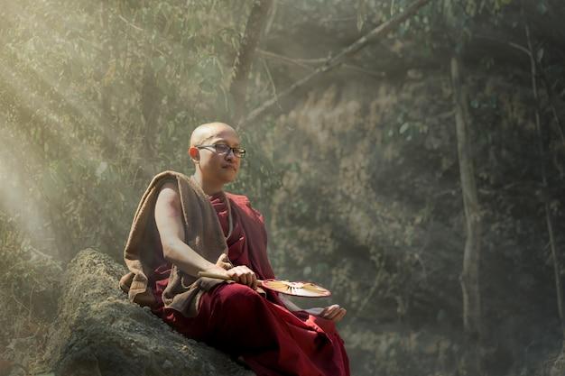 De monnik die gelooft in wandelen in het leven