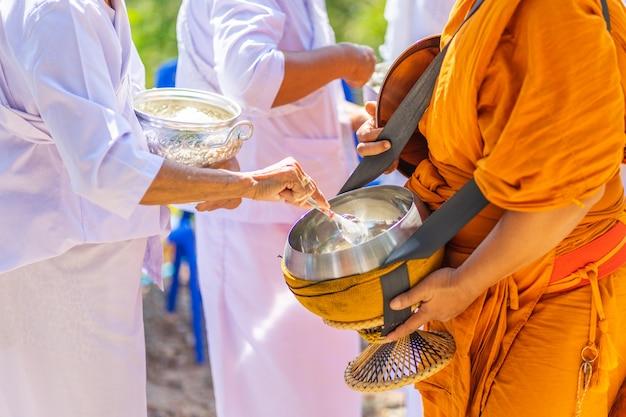 De monniken van de boeddhistische sangha (geef aalmoes aan een boeddhistische monnik),