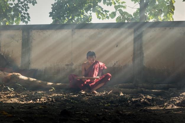 De monniken zaten te bidden om de geest te kalmeren.