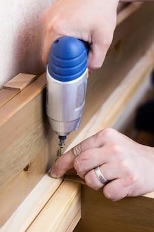 De montage van houten meubels