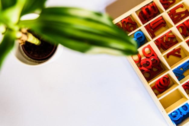 De montessori-methode is een educatief model, woord geschreven met houten letters.