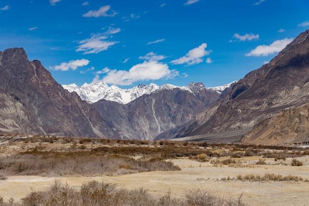 De mooie achtergrond van het berglandschap gaat op deze manier naar turtuk-vallei in ladakh, india