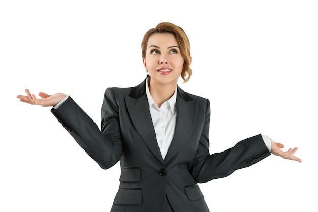 De mooie bedrijfsvrouw houdt haar handen uit die zegt dat zij geïsoleerd niet kent. heb geen idee concept