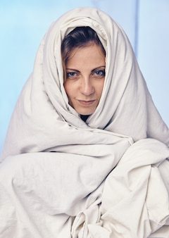 De mooie blanke vrouw werd net wakker