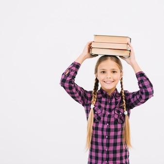 De mooie boeken van de meisjeholding op haar hoofd
