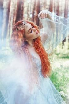 De mooie bosnimf van de roodharigevrouw