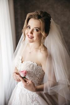 De mooie bruid verheugt zich op haar trouwdag