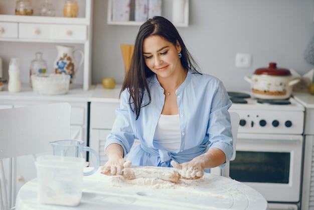 De mooie dame kookt het deeg voor koekjes