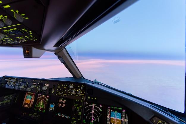 De mooie hemel van de schemeringzonsondergang op hoge hoogte van de mening van de vliegtuigcockpit.