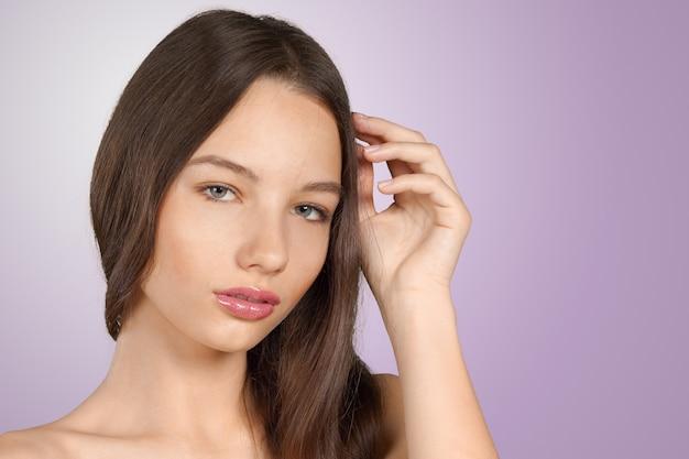 De mooie jonge close-up van het vrouwengezicht