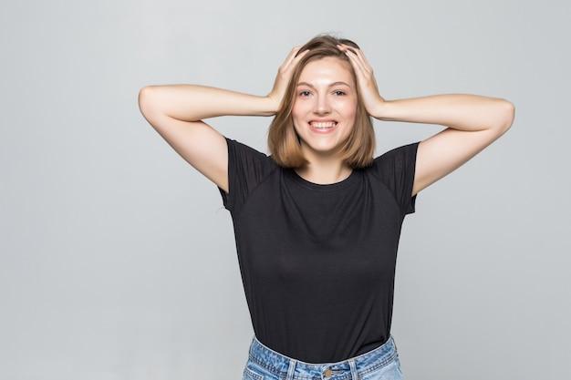 De mooie jonge handen van het vrouwengezicht op geïsoleerde huid