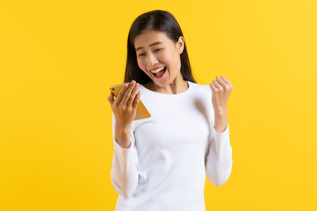 De mooie jonge vrouw die touchpad bekijkt verbaast met bevorderingsnieuws