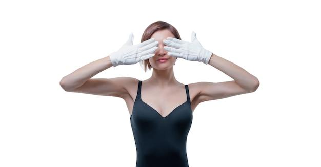 De mooie jonge vrouw in witte handschoenen behandelde haar ogen met haar handen