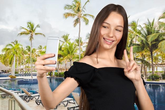 De mooie jonge vrouw maakt selfie foto met smartphone