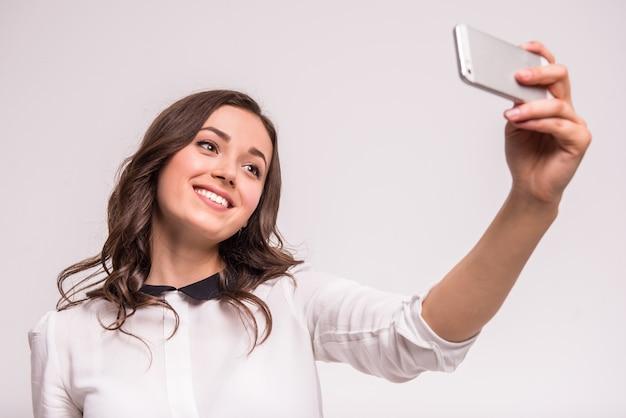 De mooie jonge vrouw maakt selfie foto.